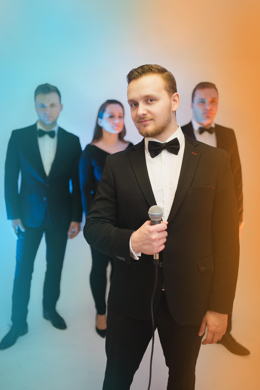 Damian - wokal, instrumenty klawiszowe, konferansjer, manager